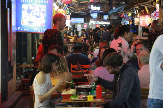 Người dân bắt đầu chủ quan giữa dịch Covid-19: phố Tạ Hiện vẫn đông đúc người ăn nhậu, nhân viên cafe không đeo khẩu trang-1