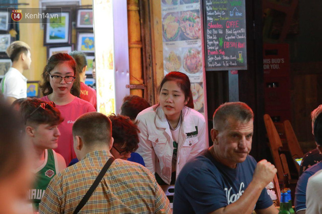 Người dân bắt đầu chủ quan giữa dịch Covid-19: phố Tạ Hiện vẫn đông đúc người ăn nhậu, nhân viên cafe không đeo khẩu trang-9