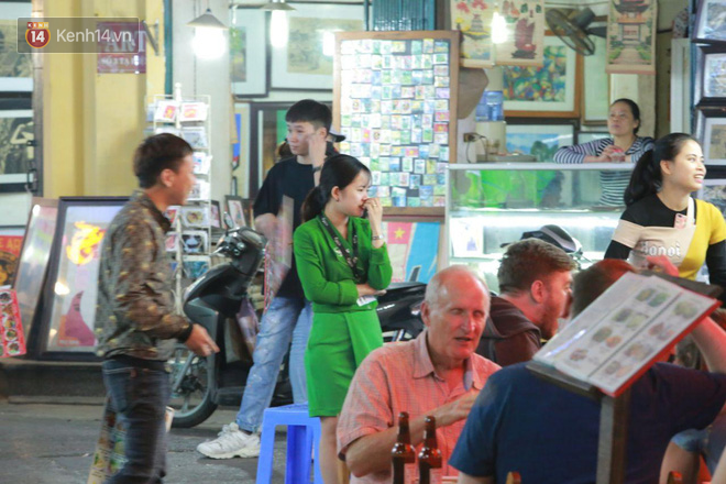 Người dân bắt đầu chủ quan giữa dịch Covid-19: phố Tạ Hiện vẫn đông đúc người ăn nhậu, nhân viên cafe không đeo khẩu trang-8