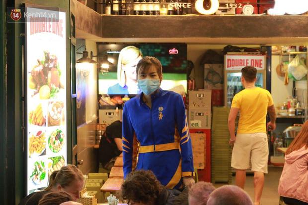 Người dân bắt đầu chủ quan giữa dịch Covid-19: phố Tạ Hiện vẫn đông đúc người ăn nhậu, nhân viên cafe không đeo khẩu trang-11