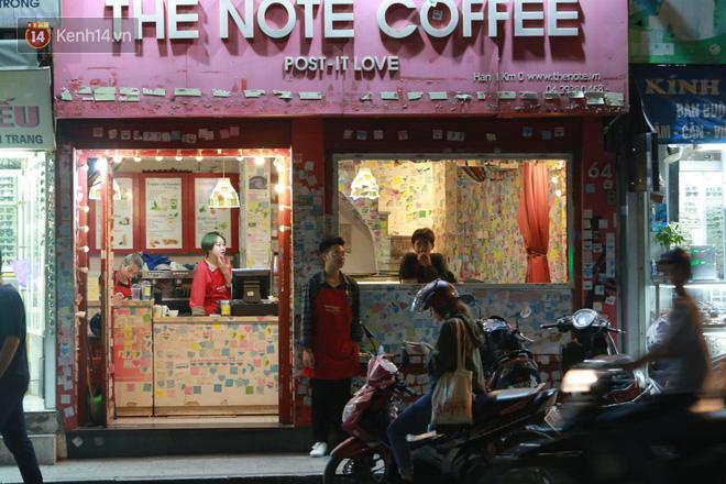 Người dân bắt đầu chủ quan giữa dịch Covid-19: phố Tạ Hiện vẫn đông đúc người ăn nhậu, nhân viên cafe không đeo khẩu trang-13