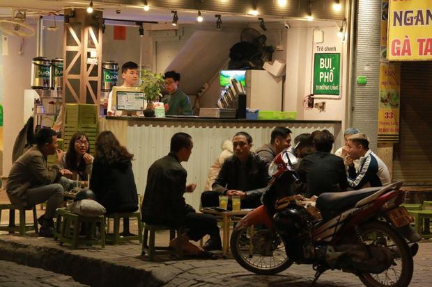 Người dân bắt đầu chủ quan giữa dịch Covid-19: phố Tạ Hiện vẫn đông đúc người ăn nhậu, nhân viên cafe không đeo khẩu trang-2