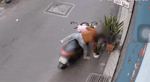 """CLIP: Đang trộm cây bỗng gặp """"biến"""", cô gái vẫn """"mặt dày"""" quay lại làm liều"""