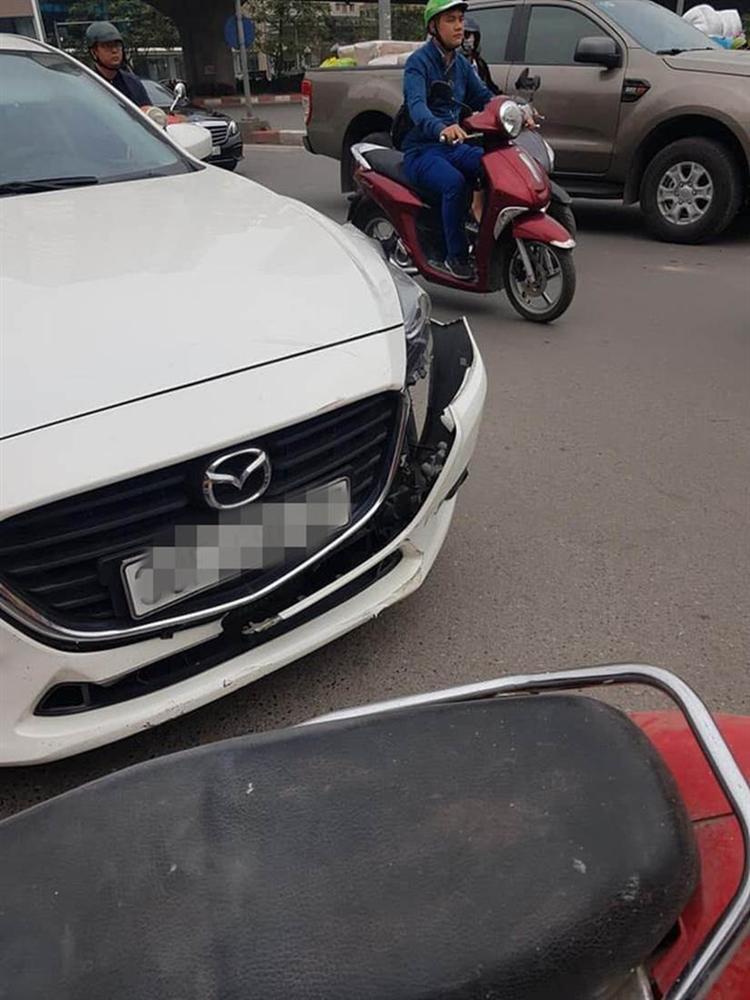Không đền được tiền sửa ô tô sau va chạm, người đàn ông để xe máy lại hiện trường rồi rời đi-1