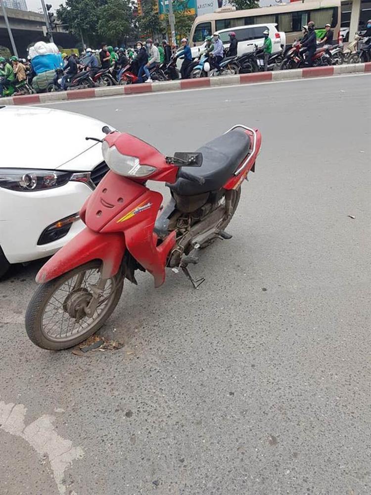 Không đền được tiền sửa ô tô sau va chạm, người đàn ông để xe máy lại hiện trường rồi rời đi-2