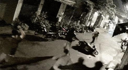 Clip: 5 tên trộm xe máy bị người dân mai phục, đuổi đánh bầm dập lúc 1 giờ sáng