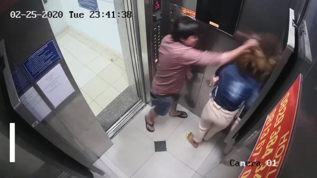 Một phụ nữ bị đánh tới tấp trong thang máy ở TP.HCM