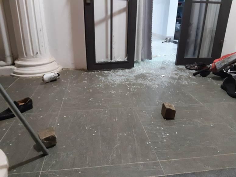 Nhóm thanh niên cầm hung khí xông vào biệt thự của Chủ tịch công ty bất động sản đập phá táo tợn-1