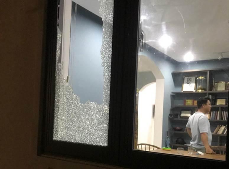 Nhóm thanh niên cầm hung khí xông vào biệt thự của Chủ tịch công ty bất động sản đập phá táo tợn-5
