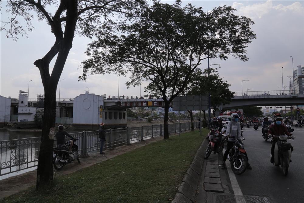 Hai vợ chồng trẻ bỏ lại xe máy, cùng nhau nhảy xuống kênh Tàu Hủ tự tử-3