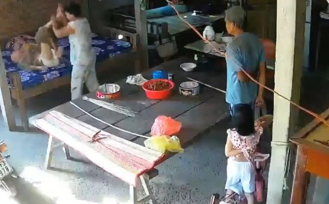 Con dâu đánh đập mẹ chồng 88 tuổi trước mặt cháu nhỏ ở Tiền Giang-1