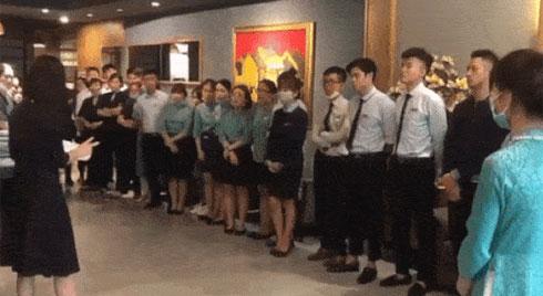 """Clip: Nữ quản lý khách sạn ở Hà Nội bật khóc khi buộc phải cho nhân viên """"về quê"""" 4 tháng vì Covid-19, mỗi tháng hỗ trợ 1,5 triệu đồng"""