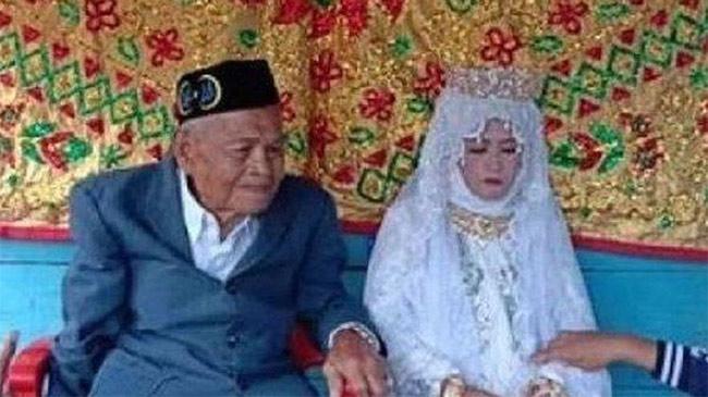 Chú rể 103 tuổi ngượng ngùng chia sẻ về đêm tân hôn với cô dâu trẻ