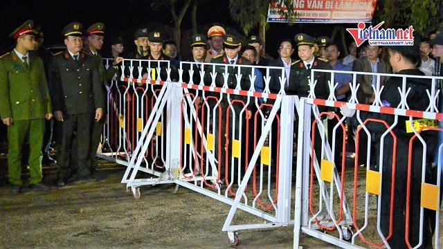 Khoảnh khắc người dân Sơn Lôi bước qua chốt chặn lúc 0h