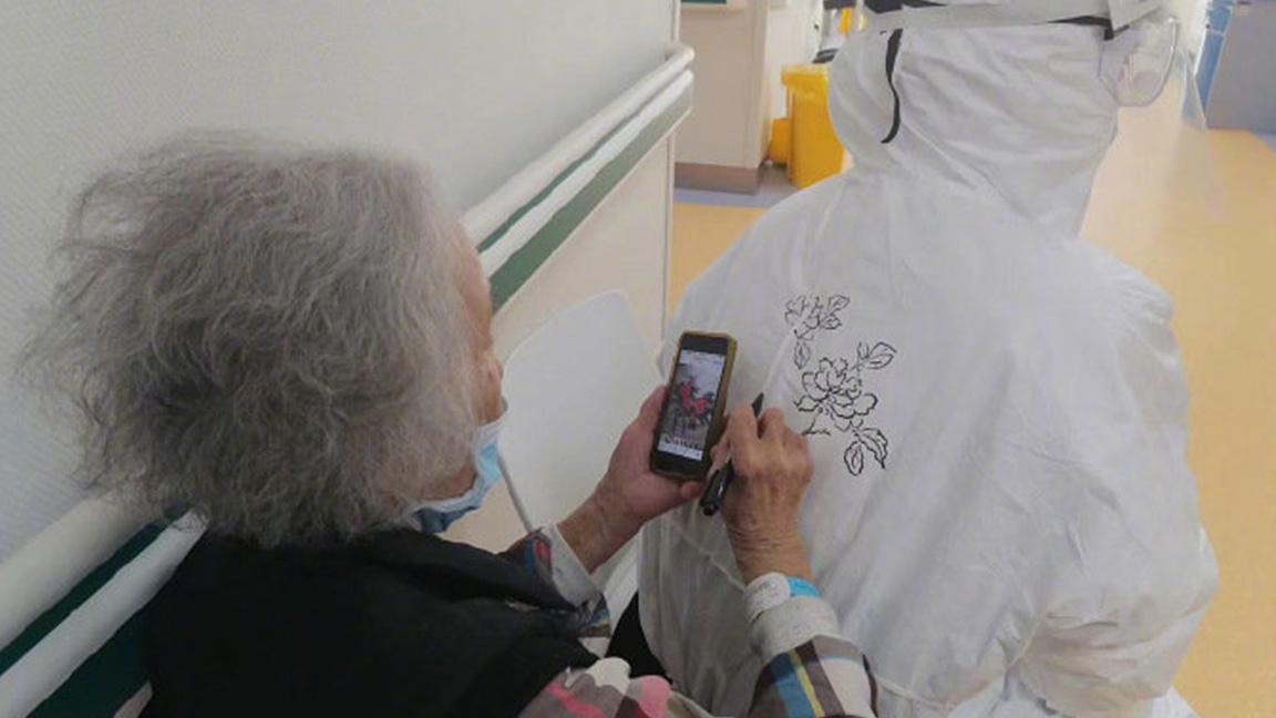 Bệnh nhân 93 tuổi vẽ lên áo bảo hộ y tá để cảm ơn