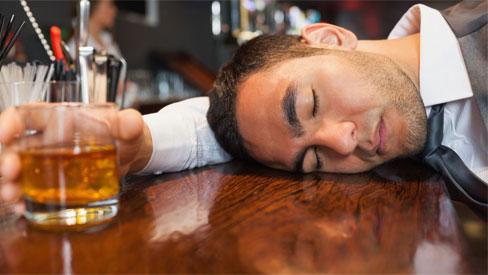 Uống rượu đỏ mặt: Tưởng như vô hại mà lại tiềm ẩn nguy cơ