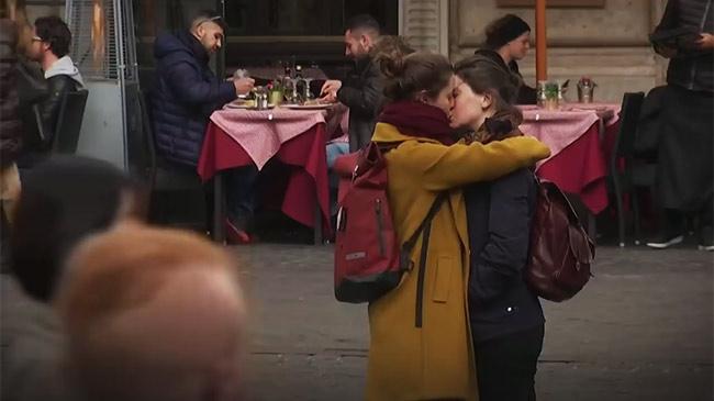 Người dân Italy không đồng tình trước biện pháp tránh ôm hôn phòng Covid-19