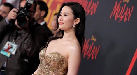 Lưu Diệc Phi diện váy cúp ngực trên thảm đỏ