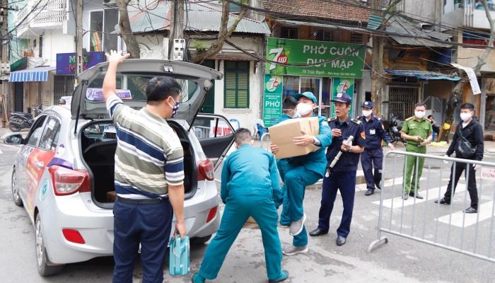 Dân khu cách ly Trúc Bạch được kiểm tra y tế, phát thịt cá miễn phí mỗi ngày
