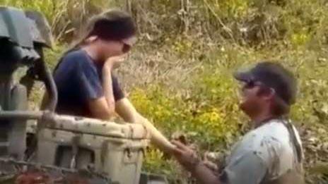 Giúp cô thiếu nữ thôn mắc kẹt máy cày, chàng trai tranh thủ quỳ xuống bùn cầu hôn
