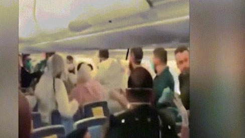Video: Hỗn loạn trên máy bay vì hành khách hắt hơi vào nhau