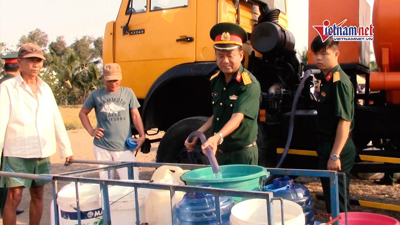 Bộ đội chở từng bồn nước sạch phục vụ dân vùng hạn, mặn