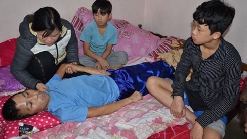 Xót xa cảnh người cha liệt tứ chi, 2 đứa con nguy cơ bỏ học giữa chừng