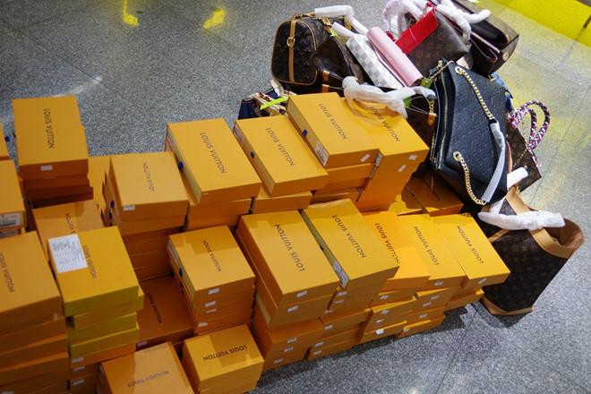 Phát hiện hàng Louis Vuitton, Chanel, Gucci, Rolex... nghi giả mạo bán đầy rẫy tại The Manor-1