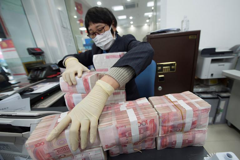 Thêm nhiều người tử vong vì Covid-19, Ngân hàng Trung Quốc soi tia cực tím, niêm phong tiền giấy 14 ngày-1