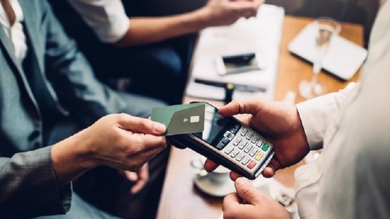 Các ngân hàng sắp miễn, giảm mạnh phí dịch vụ ngân hàng điện tử-1