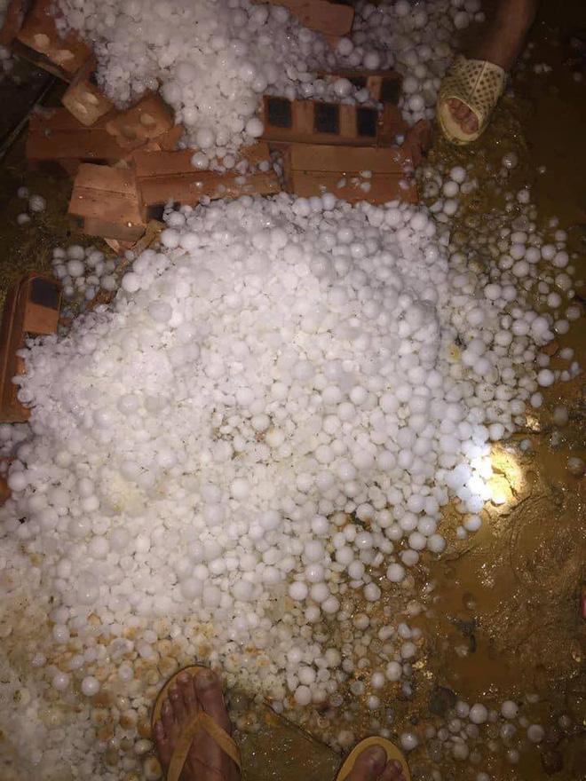 Mưa đá hạt to như hòn bi dội xuống trắng đất Lào Cai-2