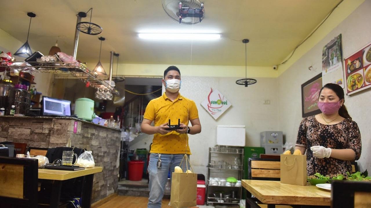 Flycam chuyển bánh mì: Độc chiêu quán Hà Nội thời Covid-19