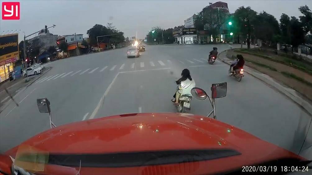 Hai cô gái tăng ga, tạt đầu xe container vì còi to