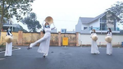Nữ tiếp viên hàng không biểu diễn múa từ khu cách ly