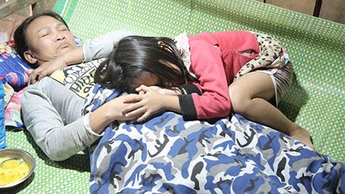 Không có cha, bé gái 9 tuổi ôm người mẹ bị liệt khóc oà cầu cứu
