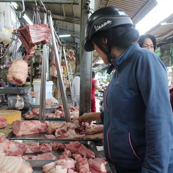 """Giá thịt heo vẫn """"trên trời"""", ai giải cứu người tiêu dùng?"""
