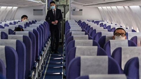 Tiếp viên hàng không: 'Làm không lương, về thì sợ lây bệnh cho cả nhà'