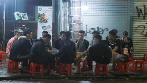 """Hà Nội vẫn xuất hiện tình trạng tụ tập ăn nhậu, trà chanh """"chém gió"""" giữa thời điểm dịch Covid-19"""