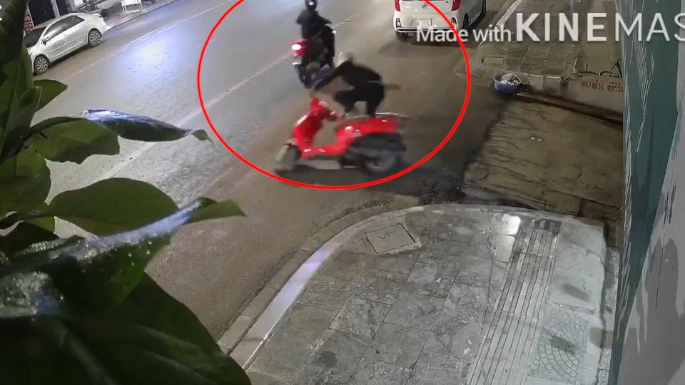 Thấy bé trai tri hô, tên trộm lóng ngóng vứt xe bỏ chạy cùng đồng bọn