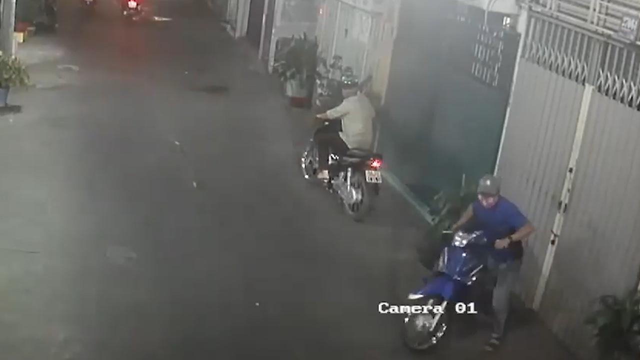 Bẻ khóa trộm xe máy siêu nhanh trong hẻm đông đông người qua lại