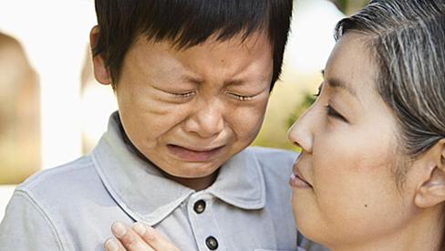 Con trai lỡ làm đổ nước ra quần áo, người mẹ oang oang nói 1 câu khiến mọi người xung quanh bất bình thay cho đứa trẻ