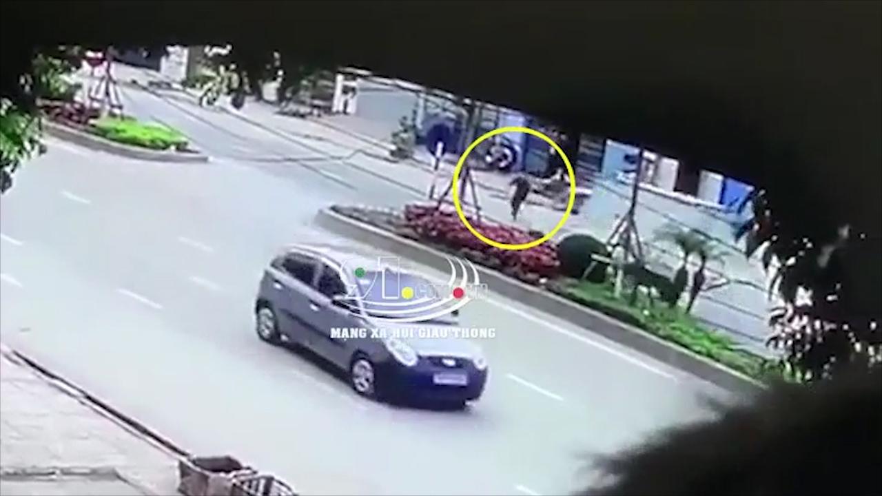 Cố sang đường bị ngã, người đàn ông bị xe tải cán trúng