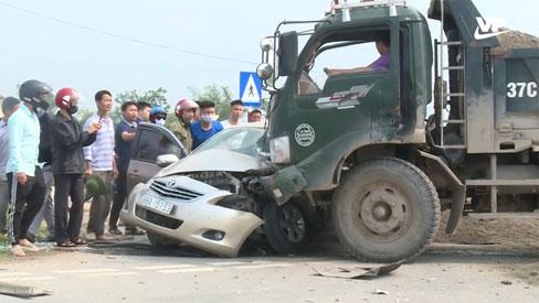 """Đang phỏng vấn người dân tại """"điểm đen"""" giao thông, phóng viên hốt hoảng chứng kiến vụ tai nạn nghiêm trọng"""