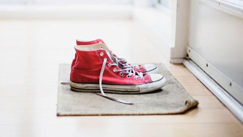 Virus SARS-CoV-2 có thể bám vào giày dép và lây nhiễm cho những người xung quanh hay không?