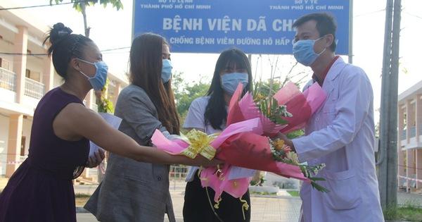 Ảnh: 4 nữ bệnh nhân nhiễm Covid-19 ở TP.HCM xuất viện, gửi lời cảm ơn và dành hết hoa tặng các bác sĩ điều trị