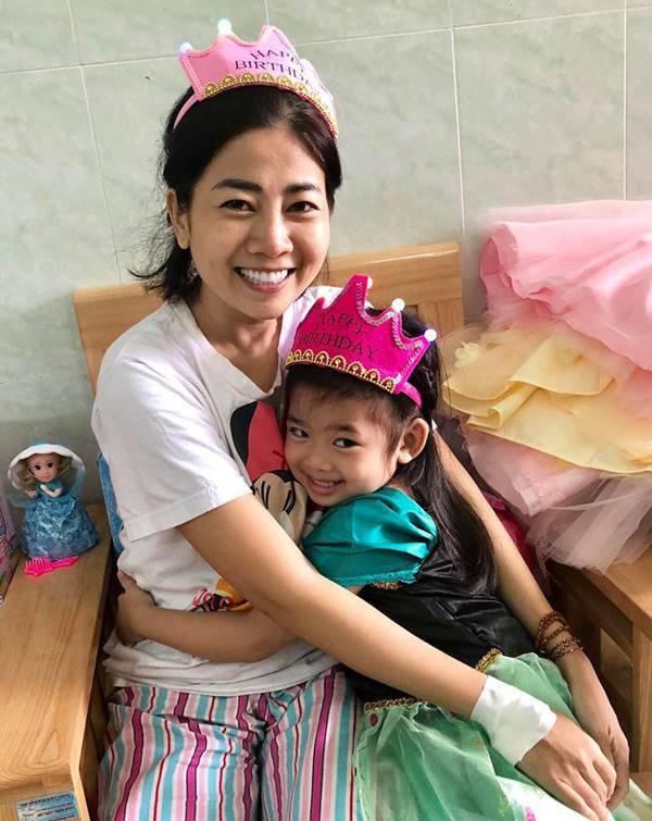Xót xa hình ảnh gon gái cố diễn viên Mai Phương bên linh cữu, ngơ ngác không biết sẽ chẳng còn được ôm mẹ mỗi ngày-3