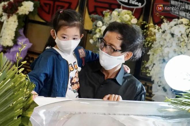 Xót xa hình ảnh gon gái cố diễn viên Mai Phương bên linh cữu, ngơ ngác không biết sẽ chẳng còn được ôm mẹ mỗi ngày-1