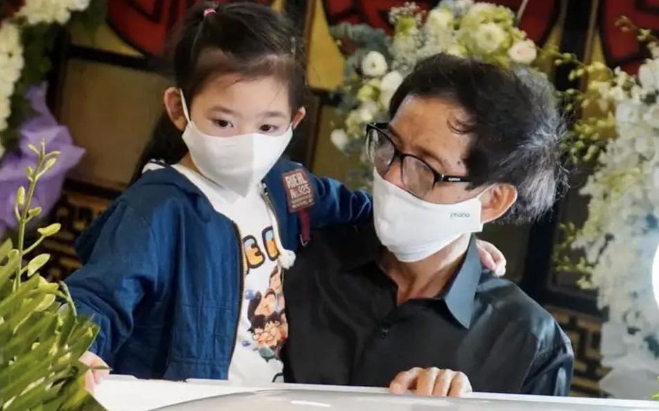 Xót xa hình ảnh gon gái cố diễn viên Mai Phương bên linh cữu, ngơ ngác không biết sẽ chẳng còn được ôm mẹ mỗi ngày