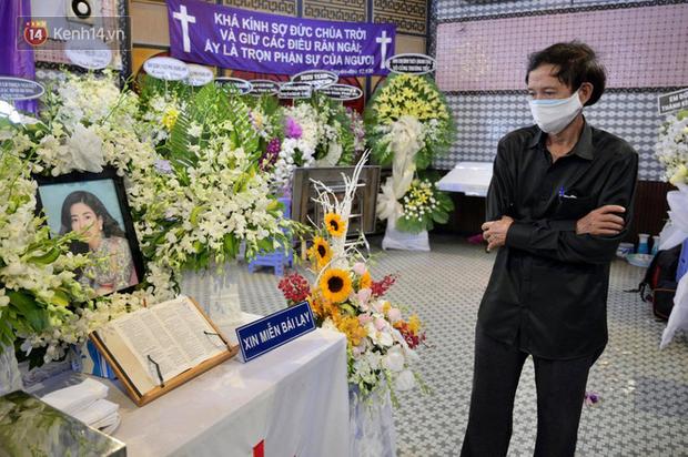 Gia đình đưa tiễn Mai Phương về nơi an nghỉ cuối cùng, giây phút xúc động trong tiếng khóc nghẹn ngào-4