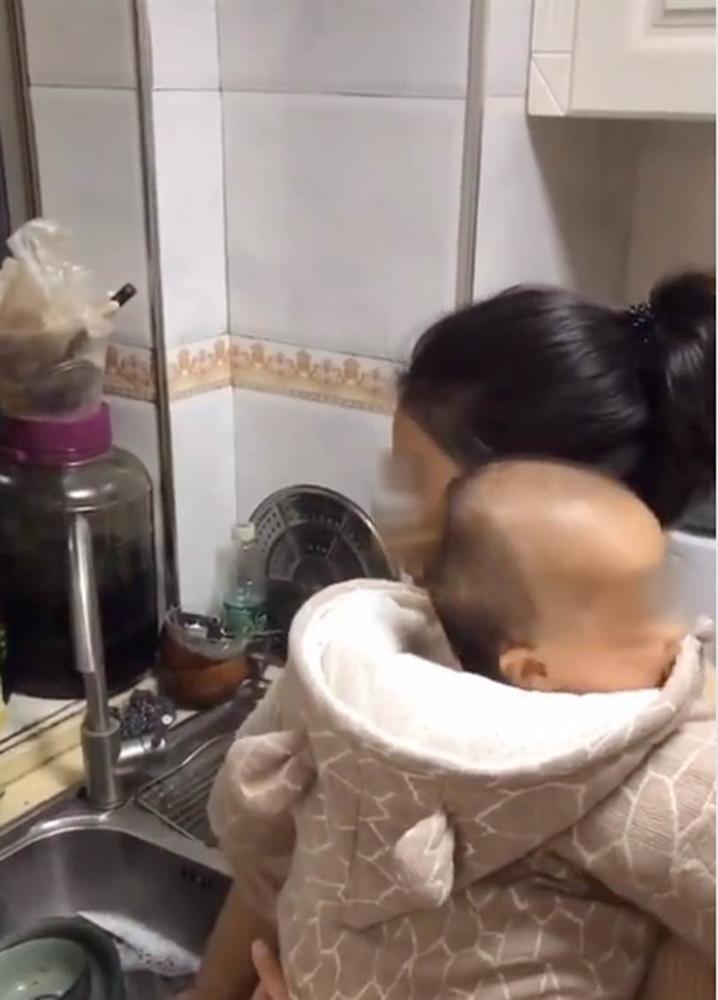 Đoạn clip về bà mẹ siêu nhân vừa ôm con vừa giải quyết núi việc nhà, nhưng lúc xong quay ra ăn cơm thì ai nhìn cũng muốn khóc-5